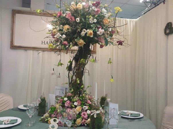 Imaginea articolului FOTO Bufet cu brânzeturi, rochii de mireasă roz-prăfuit şi torturi, la târgul de nunţi din Timişoara