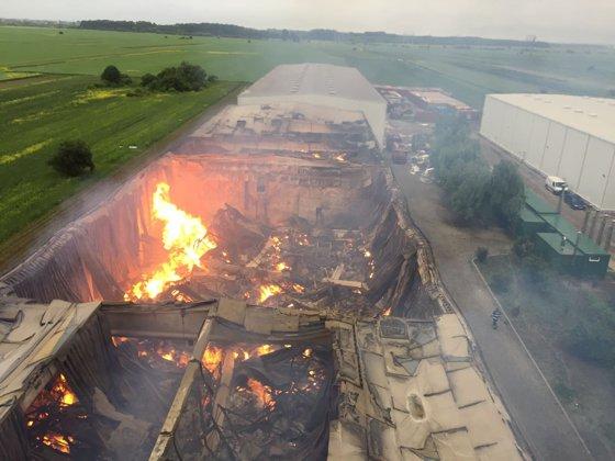 Imaginea articolului UPDATE: Incendiul izbucnit la un depozit din Ilfov nu a fost stins, flăcările ard de peste 12 ore