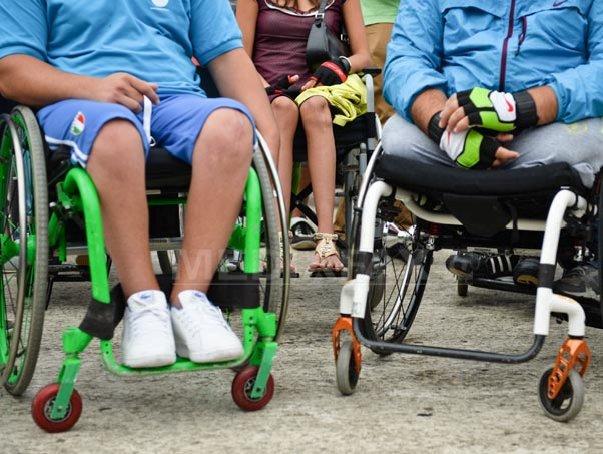 Persoanele cu dizabilităţi protestează în faţa Ministerul Muncii: Nu vrem să fim asistaţi social