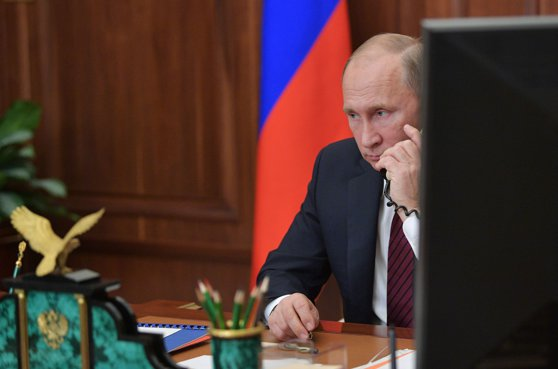 Imaginea articolului Vladimir Putin a discutat prin telefon cu liderii europeni Emmanuel Macron şi Angela Merkel, despre situaţia din Siria