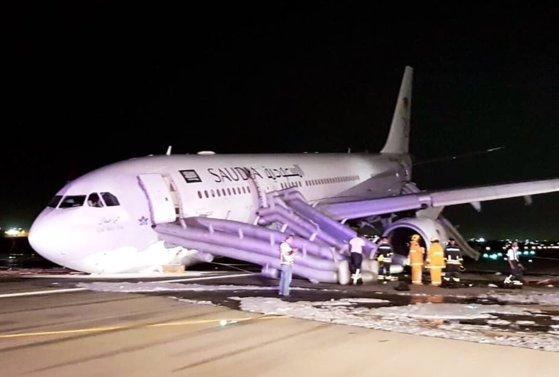 Imaginea articolului Un avion a aterizat de urgenţă în Arabia Saudită în urma defecţiuni la trenul de aterizare - VIDEO