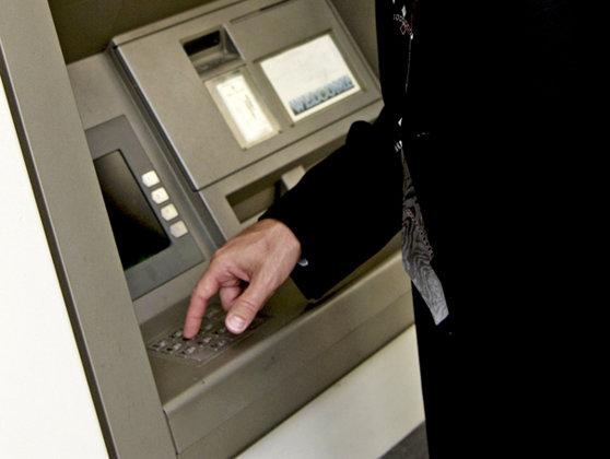 Imaginea articolului Proiect ANPC: Băncile vor afişa pe ecranele bancomatelor comisioanele pentru fiecare operaţiune