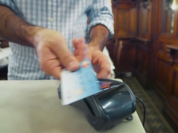 MasterCard a lansat un card care se autentifica cu amprenta posesorului. Cum functioneaza primul card de plati biometric contactless din lume - VIDEO