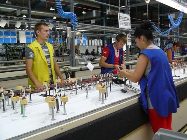 Imaginea articolului DISPONIBILIZĂRI masive la DRÄXLMAIER, în cea mai veche fabrică deţinută în România: 800 de oameni vor rămâne fără loc de muncă