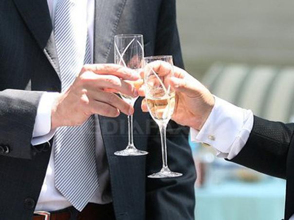 Imaginea articolului Dorin Oancea, editorialist MEDIAFAX: De ce ar trebui să ciocniţi o cupă de şampanie pe 23 iunie. Asta după ce aţi vărsat o picătură pe pământ