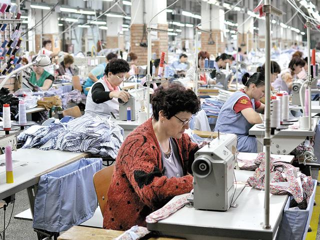 Situaţie alarmantă: Cel mai mare angajator din textile din Vaslui ameninţă cu închiderea fabricii dacă salariul minim creşte cu 40%, aşa cum a anunţat PSD