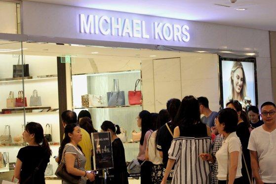 Imaginea articolului Michael Kors va cumpăra producătorul de pantofi Jimmy Choo pentru 1,2 miliarde dolari