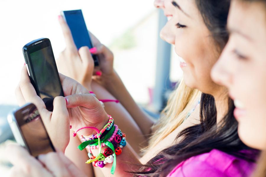 ANCOM: Utilizatorul mediu de telefonie mobilă consumă lunar 756 MB trafic de internet mobil, trimite 65 de SMS-uri naţionale şi apelează în medie 255 de minute