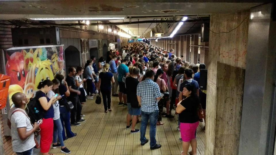 FOTO   Aglomeraţie la metrou, după ce un tren s-a defectat la staţia Preciziei