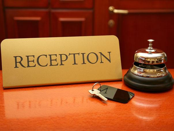 Recepţioner, barman ori valet? Joburile din turism sunt permisive şi ofertante pentru TINERI la început de carieră