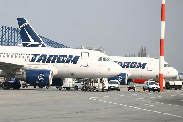 Mai multe zboruri Tarom vor întârzia după ce o cursă a companiei a fost anulată joi seară/ Ministrul Apărării, europarlamentari, jurnalişti, la bord