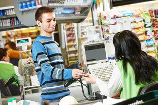 Premieră în România: Bonuri de discount la cumpărături, oferite de un lanţ de supermarketuri clienţilor care reciclează sticle, PET-uri şi doze