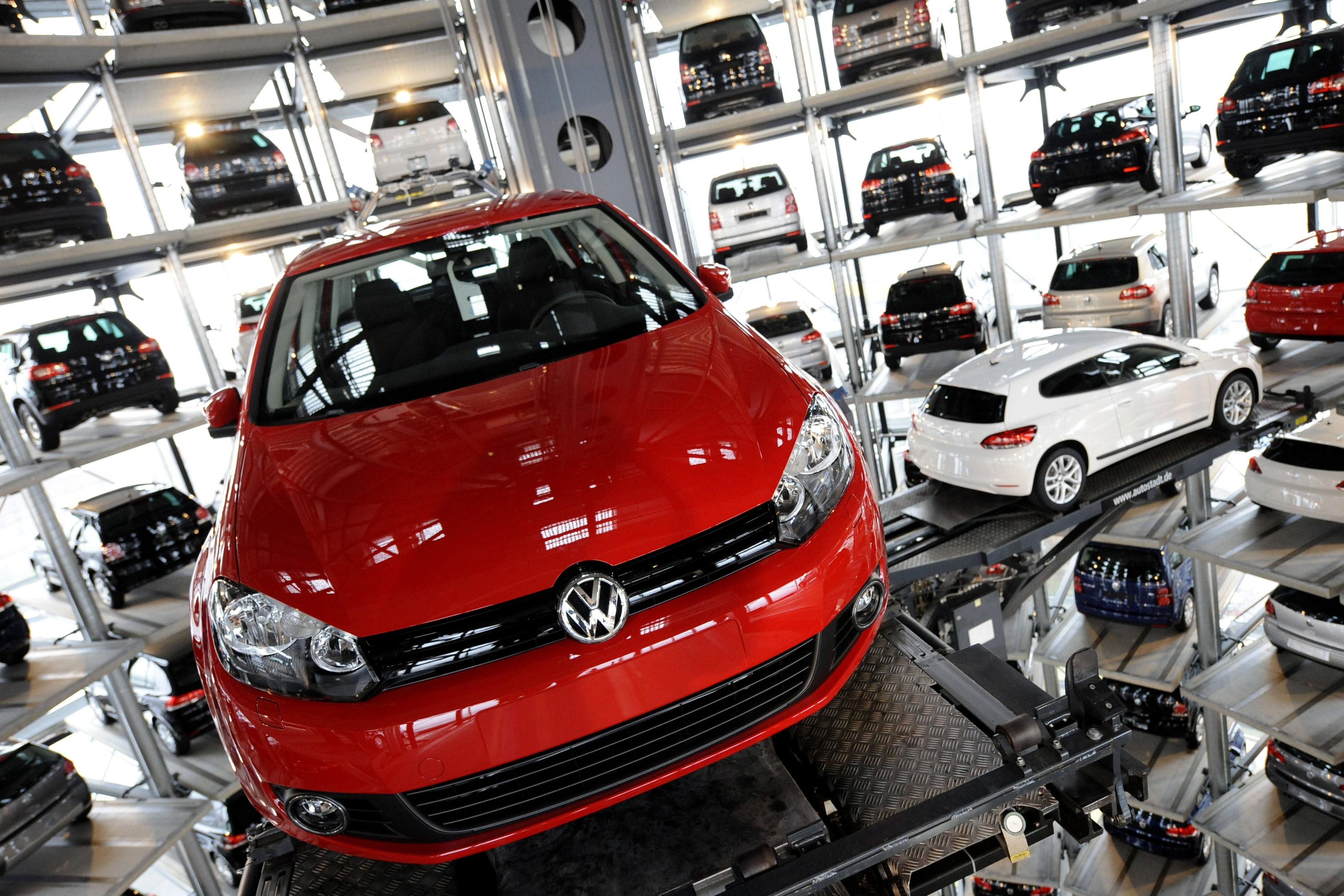 SCANDALUL emisiilor poluante: Grupul Volkswagen a primit o nouă AMENDĂ/ Reacţia companiei
