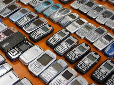 Din luna septembrie, operatorii vor debloca, la cerere, telefoanele mobile
