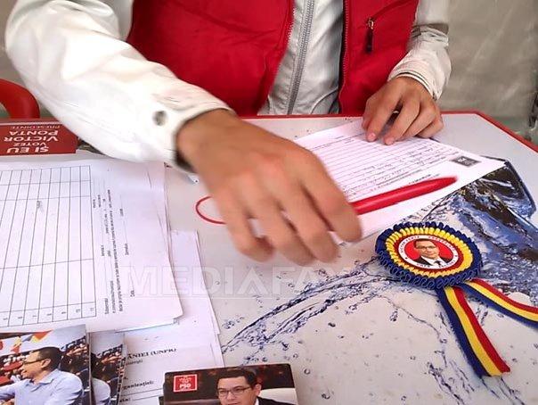 REPORTAJ: Panotajul electoral care încalcă legea, menţinut în a doua săptămână de campanie prezidenţială. Echipa lui Victor Ponta foloseşte cocarde tricolore - FOTO, VIDEO