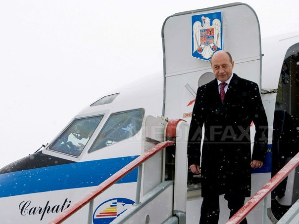 Aeronava cu care Basescu venea de la Bruxelles a aterizat la Sibiu din cauza conditiilor meteo