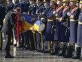 Imaginea articolului REPORTAJ: Băsescu pleacă de la Cotroceni, cu simpatizanţi, dar şi cu opozanţi, şi sărutând drapelul - FOTO