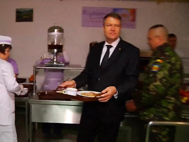 Iohannis a vizitat Batalionul 33 Vânători de Munte Posada şi a mâncat la popotă alături de militari - VIDEO