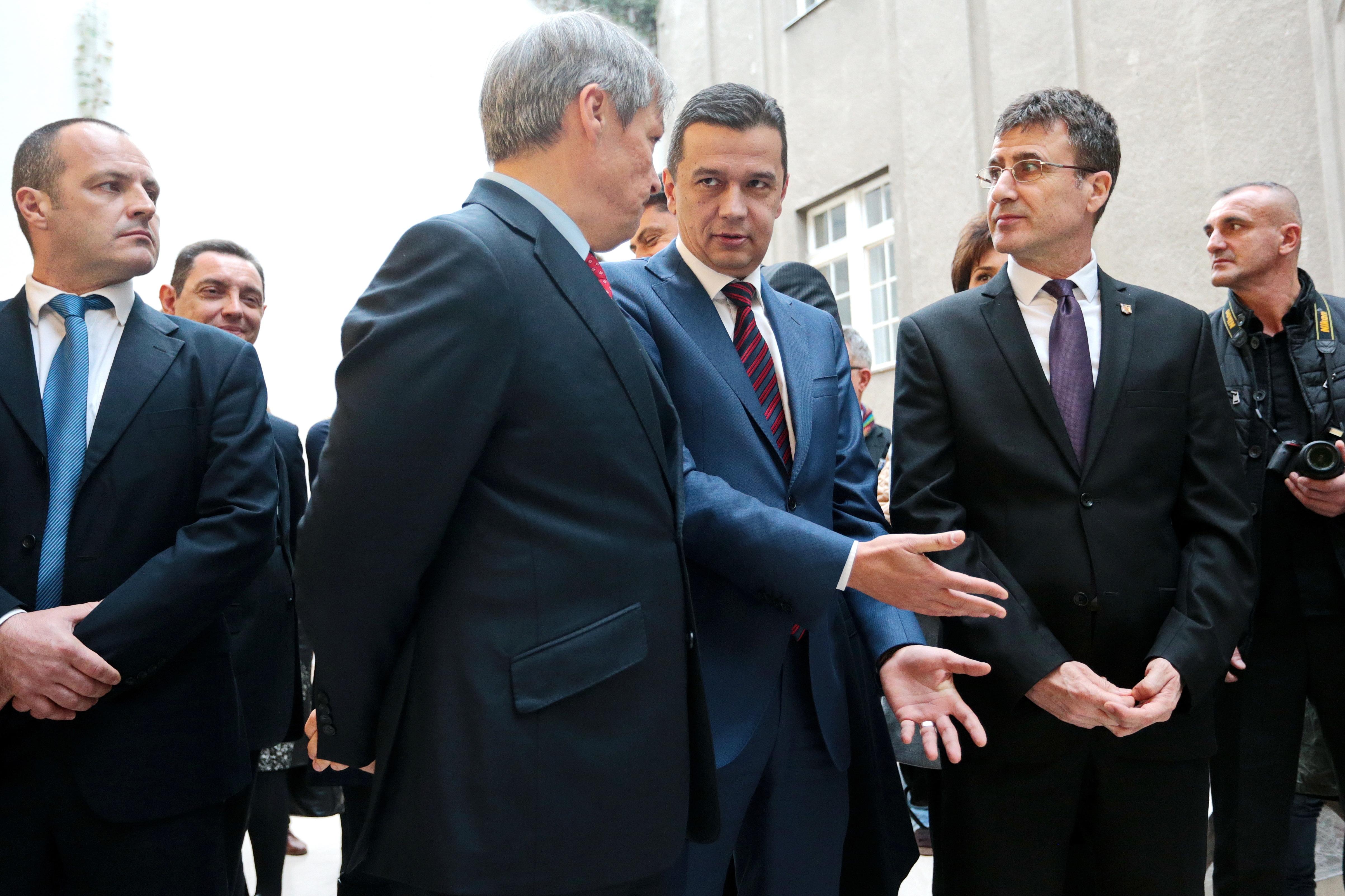 Fostul premier Dacian Cioloş, lui Sorin Grindeanu: Dacă cineva are impresia că poate să mai guverneze pe furiş, se înşală