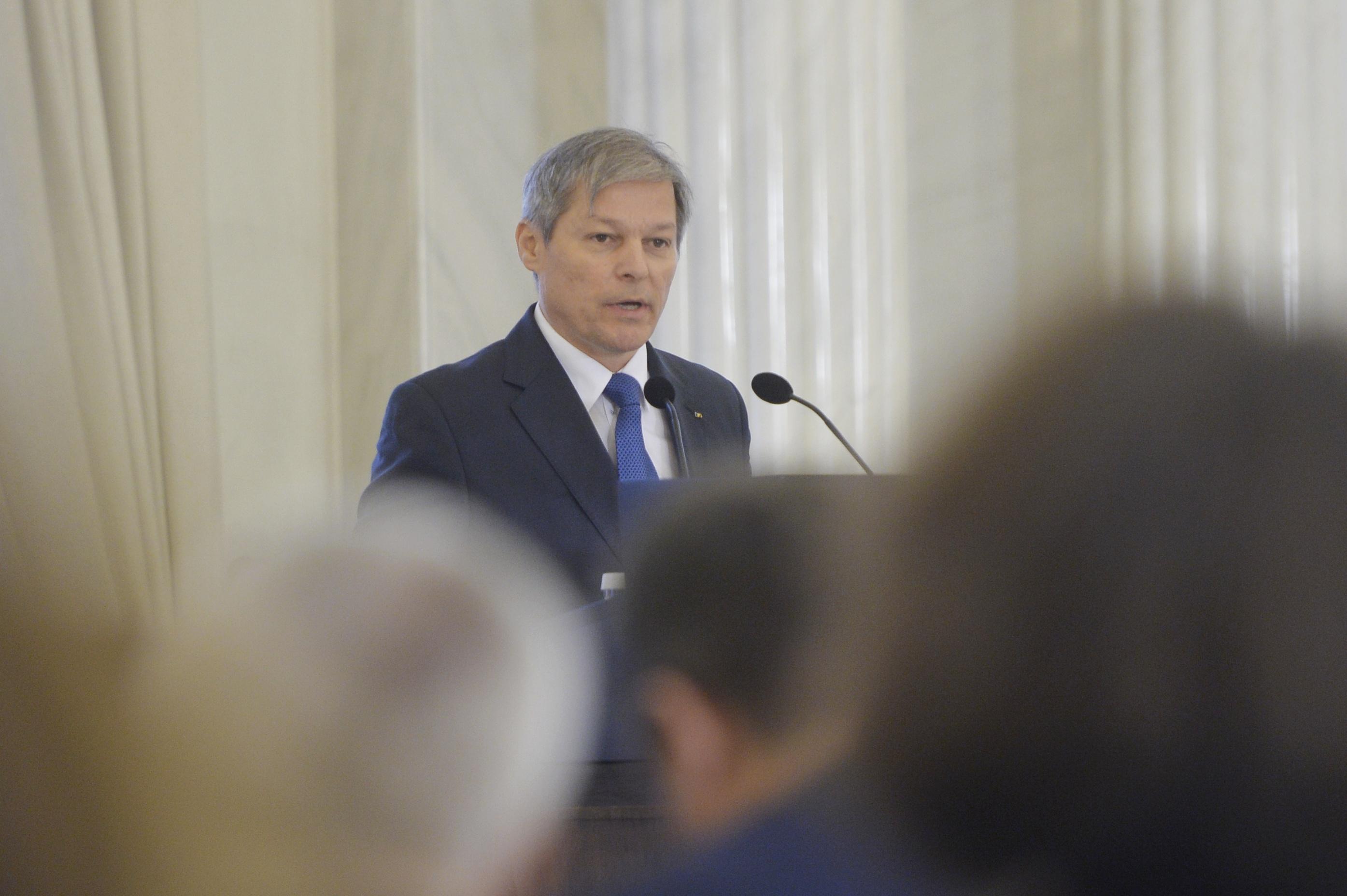 """Fostul premier Dacian Cioloş: Am luat câteva """"pălmuţe peste fund"""" pentru """"năzbâtia"""" de a mă furişa din grădiniţă"""