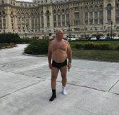 Scene HALUCINANTE în faţa Palatului Parlamentului. Ce LECŢIE a vrut să ofere un politician care s-a pozat DEZBRĂCAT?