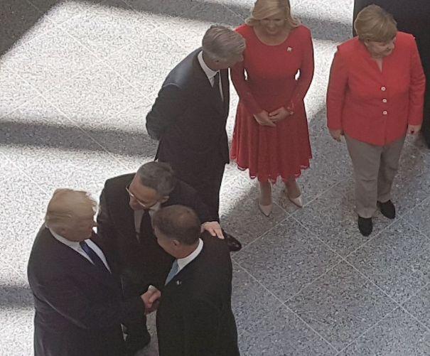 Imaginea articolului FOTO Klaus Iohannis, prezent la primul summit NATO la care participă preşedintele SUA. Scurte întâlniri cu Donald Trump şi Emmanuel Macron