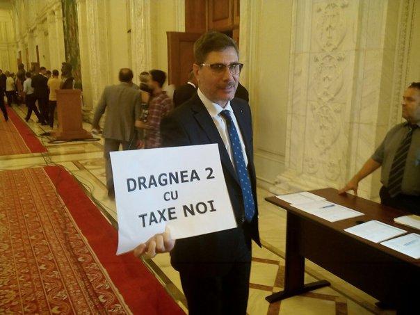 Imaginea articolului FOTO | Proteste în Parlament la validarea miniştrilor. USR a dat cartonaşe roşii