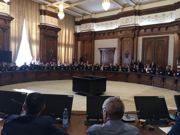 Imaginea articolului Scandal între putere şi opoziţie, pe holul Parlamentului, pe Legea administraţiei publice locale. Presadă, USR: Vreau să previn un jaf din patrimoniul comunităţilor locale