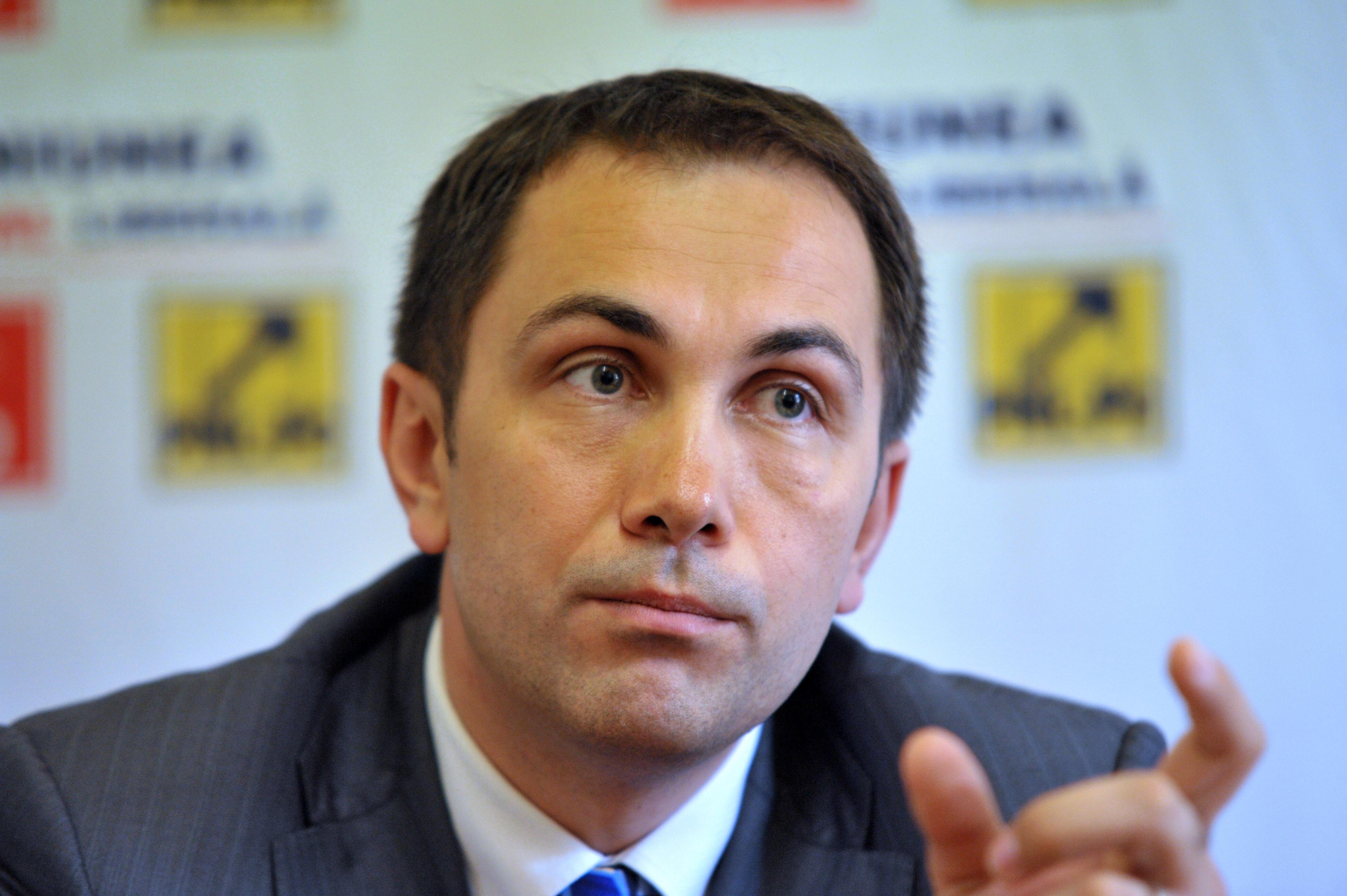 Victor Ponta trebuie să-i plătească 10.000 de lei daune lui Lucian Isar, soţul Alinei Gorghiu. Decizia este definitivă