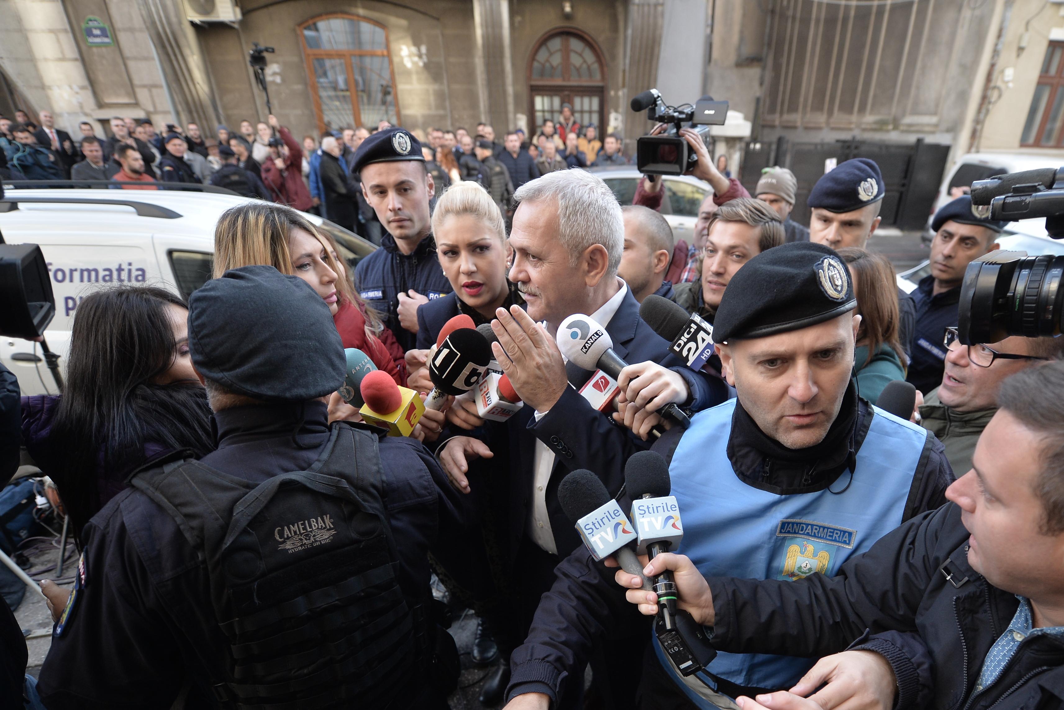 Liviu Dragnea, primit la DNA în aplauze şi huiduieli. Neacşu (PSD): Cred că orice persoană chemată la un for represiv are nevoie de sprijin