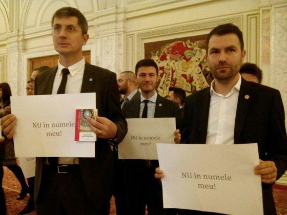 Imaginea articolului Protest USR la Parlament. Deputaţii, la discuţii cu Dragnea în biroului lui | FOTO, VIDEO