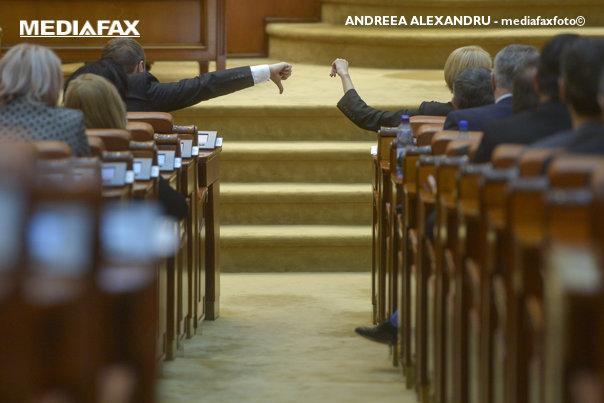 Imaginea articolului Modificarea Regulamentului Camerei, adoptată în ciuda criticilor vehemente ale opoziţiei/ PNL şi USR au încercat să împiedice şedinţa de plen. Un deputat PNL şi-a lipit bandă adezivă pe gură