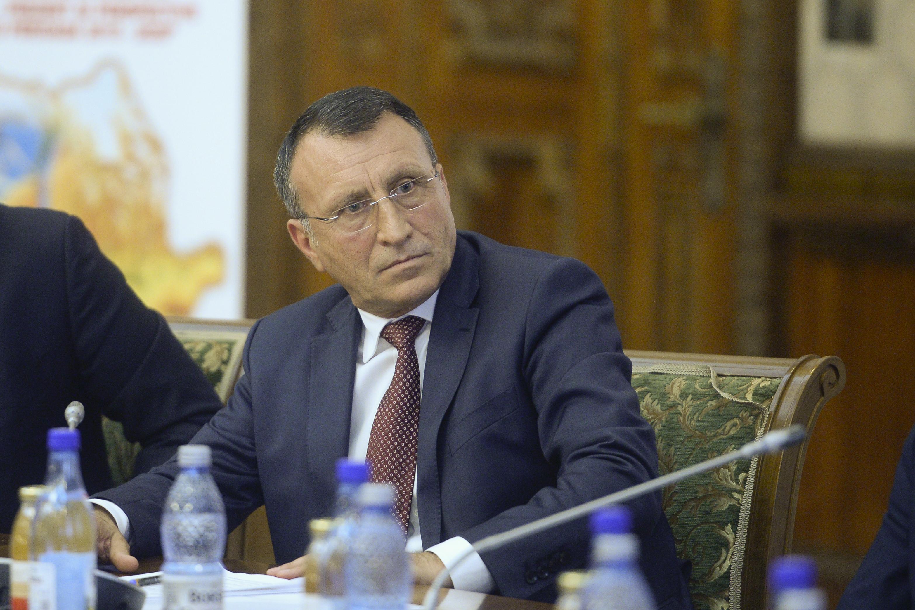 Stănescu, ministrul Dezvoltării, contrazice o decizie CCR: Funcţionarul acuzat de corupţie să nu fie dat afară, are familie