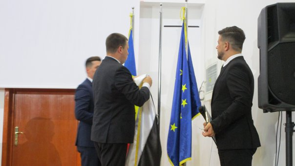 Imaginea articolului GAFĂ DE PROTOCOL la inaugurarea Consulatului Onorific al Estoniei la Constanţa, în prezenţa Vioricăi Dăncilă/ Drapelul Estoniei a fost arborat greşit | VIDEO