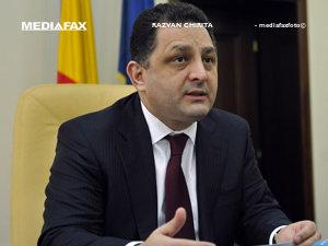 Vanghelie îi face cadouri lui Băsescu (Imagine: Răzvan Chiriţă - Mediafax Foto)