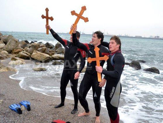 Imaginea articolului Tradiţii şi credinţe populare de Bobotează: Fetele îşi visează alesul, iar bărbaţii se întrec să scoată crucea din apă