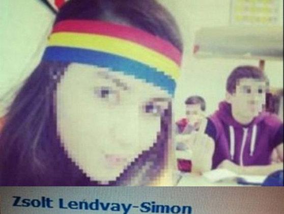 Imaginea articolului Zeci de persoane în costume naţionale şi cu steaguri româneşti, la liceul din Covasna în semn de solidaritate cu eleva cu bentiţă tricoloră