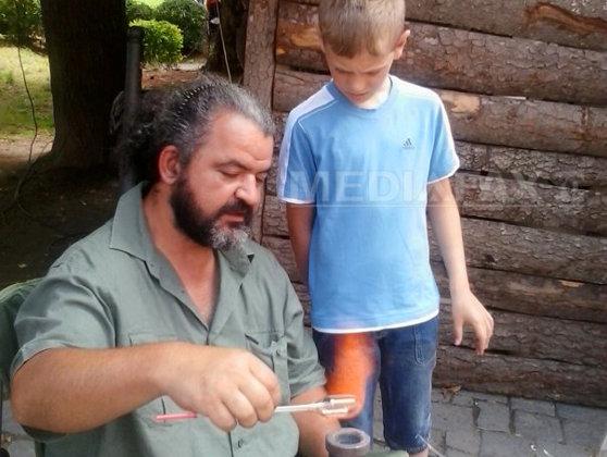 Imaginea articolului REPORTAJ: Un clujean angajat la Institutul de Fizică Atomică, meşter sticlar la Festivalul Sighişoara - FOTO