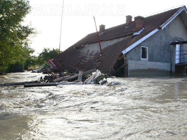 COD ROŞU de inundaţii �n Olt, Teleorman, V�lcea şi Argeş, PORTOCALIU �n alte zece judeţe. O persoană este decedată, iar alte patru dispărute. Bilanţul inundaţiilor - VIDEO, FOTO