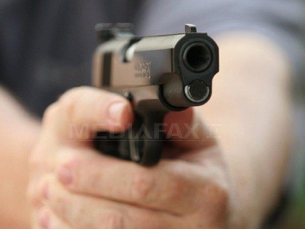 Arad: Focuri de arma trase de politisti pe autostrada pentru oprirea unor hoti, unul fiind ranit
