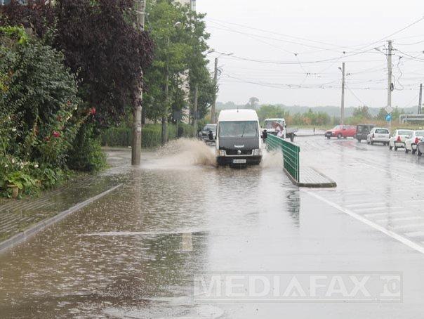 Circulatie �ngreunata pe mai multe drumuri nationale, din cauza ploii torentiale si a v�ntului. Trenurile spre Bucuresti au �nt�rzieri - LIVE TEXT