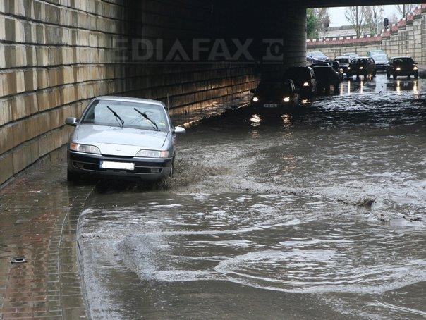 Pasajul Unirii din Capitala, inundat �n urma furtunii