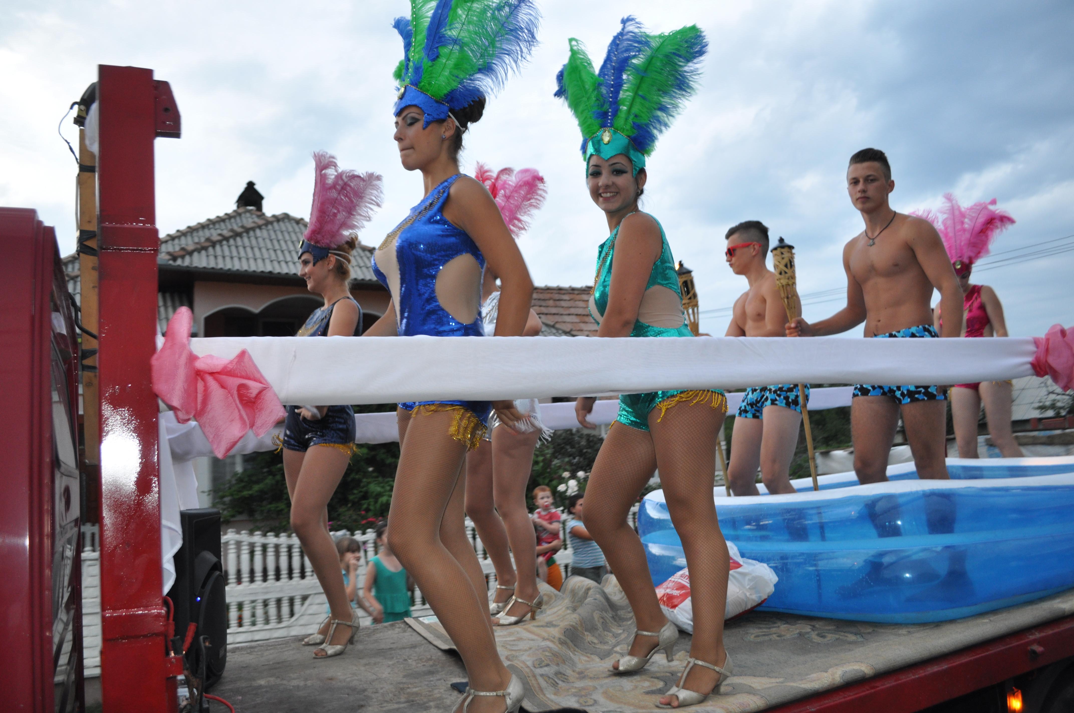 Bistrita: Care alegorice cu tineri �n slip si cad�ne �n costume de baie, la sarbatoarea unei comune - FOTO