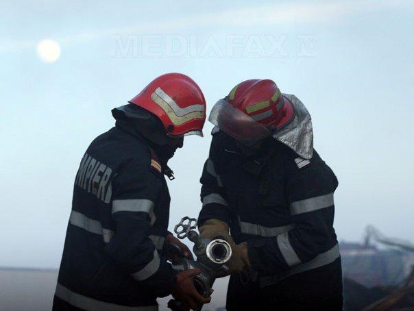 Un depozit de anvelope a ars �ntr-un incendiu la Radauti. Trei pompieri s-au intoxicat cu fum