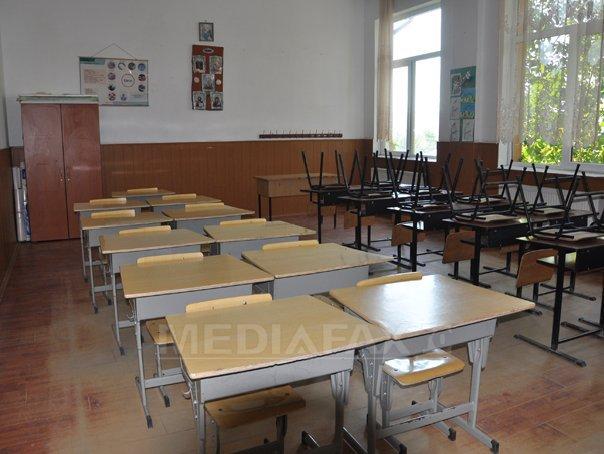 REPORTAJ: �ntr-o comuna din Prahova copiii �ncep scoala �ntr-o cladire cu termopane, dar cu WC �n curte - FOTO