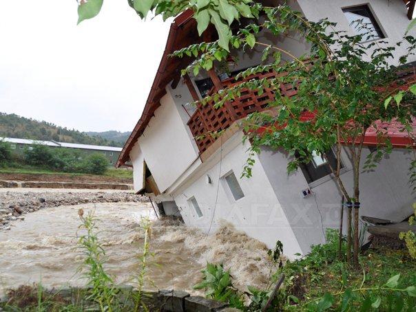Bilanţul inundaţiilor: Zeci de locuinţe afectate şi drumuri �nchise. Circulaţia trenurilor, afectată de viituri - GALERIE FOTO