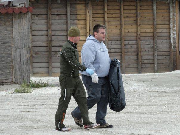 Militarii americani, alaturi de Dean Thompson, au str�ns cinci tone de gunoaie de pe plaja Navodari - FOTO