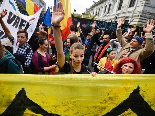 Mii de oameni au participat �n Capitala la un mars pentru unirea cu Republica Moldova. Organizatorii cer candidatilor la presedintie sa aiba acest obiectiv - FOTO