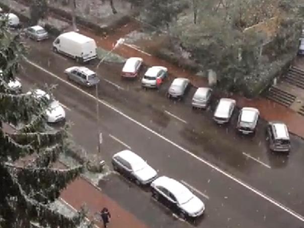 Suceava: Echipe de deszapezire au intervenit cu materiale antiderapante �n urma primelor ninsori - VIDEO