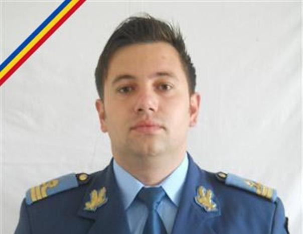 Alba: Sute de oameni i-au adus un ultim omagiu capitanului Razvan Moldovan, decedat �n accidentul aviatic